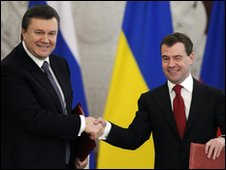 Russian President Dmitry Medvedev (R) shakes hands with Ukrainian President Viktor Yanukovich in Moscow on 5 March 2010