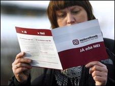 An Icelander reads a referendum pamphlet in Reykjavik (2 March)