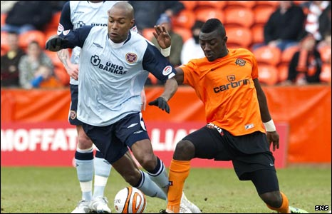 Jose Goncalves (left) and Dundee Utd's Prince Buaben