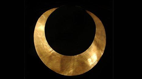 Gold lunulae neckpiece