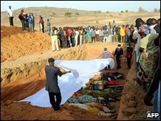 Relatives of people killed in Dogo Nahawa, south of Jos, bury their dead (8/03/10)