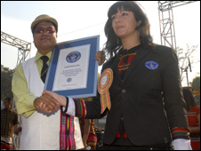 Lucia Sinigaliesi (r) of the Guinness Book