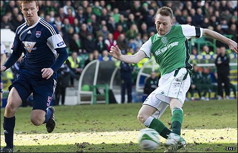 Derek Riordan smashes home Hibernian's second goal at easter Road