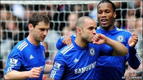 Goalscorers Alex (centre) and Drogba (right) celebrate