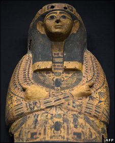Wooden sarcophagus stolen from Egypt (13 March 010)