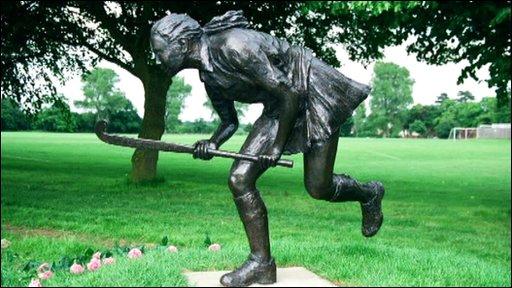 Camilla Hamuilton's memorial statue