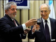 Shimon Peres (R) and Luiz Inacio Lula da Silva make a toast in Jerusalem, 15 March 2010
