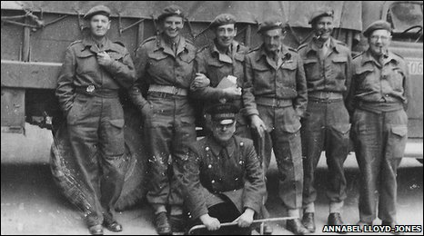 Major Humphrey Lloyd-Jones (third from right) with othere members of the Parachute Regiment