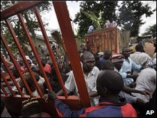 Ugandan protesters at Kasubi toms