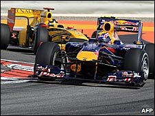 Mark Webber's Red Bull leads Robert Kubica's Renault in Bahrani