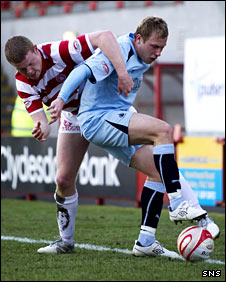 Hamilton defender Brian Easton and Falkirk midifleder Scott Arfield