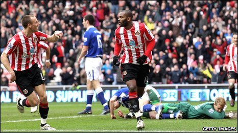 Darren Bent (centre) celebrates