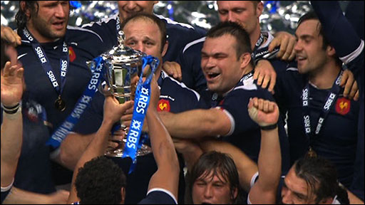 France lift the 2010 Six Nations trophy