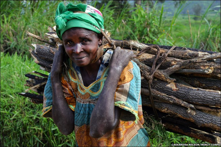 woman collecting firewood, Nyamzale, North Kivu, Democratic Republic of Congo © Cassandra Nelson/Mercy Corps