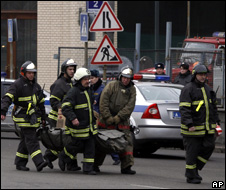 Emergency services carry a body from a Metro station in Moscow (29 March 2010)