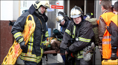 Firemen carry a wounded woman from Park Kultury metro station in Moscow (29 March 2010)