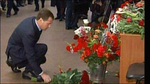 Medvedev lays flowers