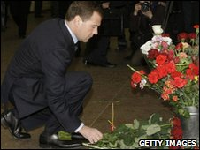 President Medvedev lays flowers at Lubyanka metro station in Moscow