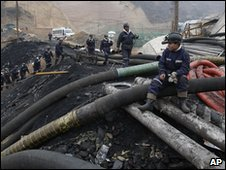 Rescue workers at the mine in Shanxi province, China (31 March 2010)