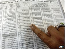 An Iraqi election official points to the full winners' list (Photo 29 March)