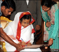 Indian President Pratibha Patil fills in a census form (1 April 2010)