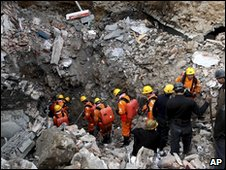 Rescuers in Yichuan County, Henan, China (1 April 2010)
