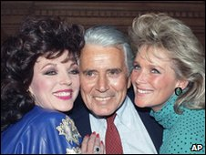 John Forsythe (centre) with Dynasty actresses Joan Collins (left) and Linda Evans