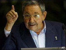 Raul Castro addresses the Young Communist League