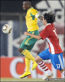 Teko Modise (left) battles for the ball against Paragyuay