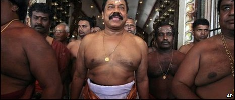 Mahinda Rajapaksa in the Nallur temple, 01/04