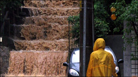 Rain water tumbles down steps in Rio de Janeiro (6 April 2010) (Photo: Antonio Queiroz Junior)