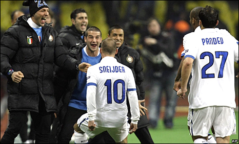 Wesley Sneijder celebrates his goal with the Inter Milan bench