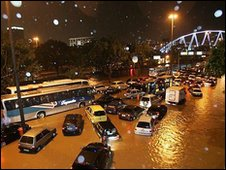 Cars stranded in a flooded street in Rio de Janeiro (Photo: Antonio Queiroz Junior)