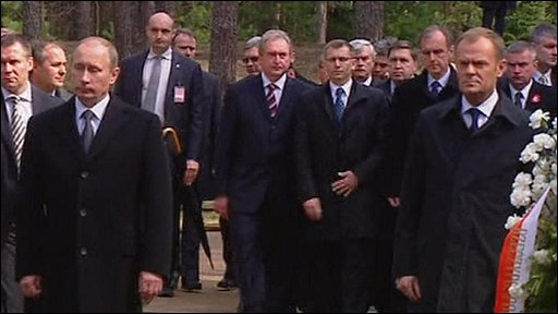 Vladimir Putin and Donald Tusk at the memorial in the Katyn forest