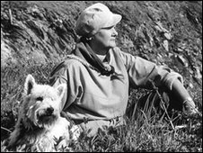 Daphne du Maurier takes in the views of coastal Cornwall