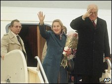 Anatoly Dobrynin and his wife wave before leaving Andrews air force base in the US, 1 April 2010