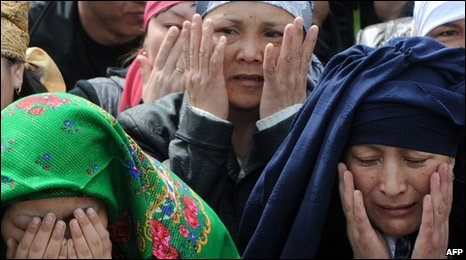 Kyrgyz women crying at a mass burial (10/04/10)