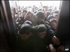 Protesters storm government headquarters in Bishkek (08/04/10)