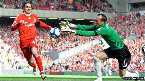 Alberto Aquilani and Mark Schwarzer