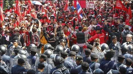 Red-shirts and riot police in Bangkok, Thailand (12 April 2010)