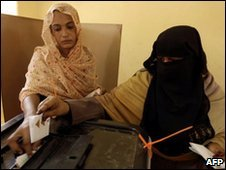 Sudanese women voting in Hosh Bannaga, President Bashir's hometown - 12 April 2010