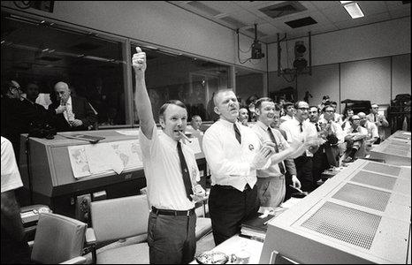 Mission control celebrates (Nasa)