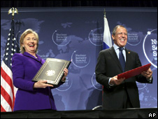 Hillary Clinton and Sergei Lavrov in Washington (13 April 2010)