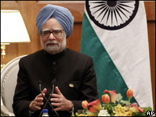 Manmohan Singh address a press conference in Washington