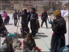 Residents of Yushu county wait after the quake, 14/04