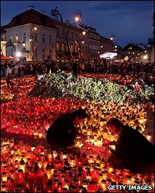 Mourners outside Poland's Presidential Palace