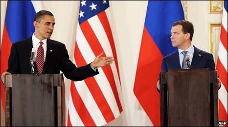 Barack Obama (L) Russian President Dmitry Medvedev in Prague (08/04/10)