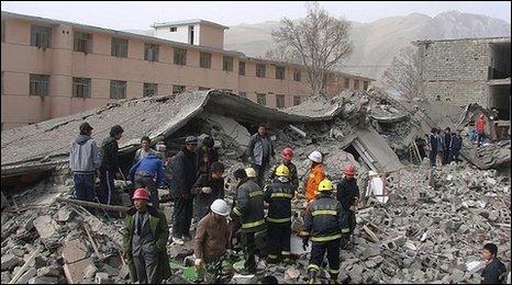 Qinghai quake rescuers (AP)
