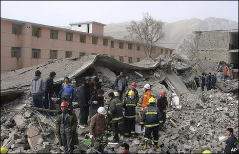 Rescuers search a collapsed building in Yushu on 14 April 2010