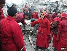 Tibetan monks dig through rubble in Jiegu, China (16 April 2010)